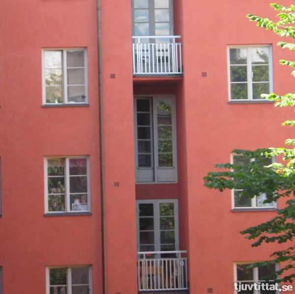 När svärmor kommer för att granska våran nya lägenhet, be henne vänta ute på balkongen