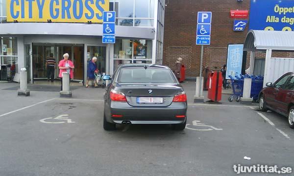 Dagens dubbel: Parkeringskonst 2 - BMW-parkplatz!
